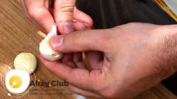 Почистим 2-3 зубчика чеснока