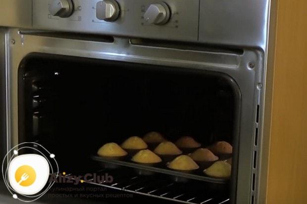 Отправляем наши маффины в духовку.