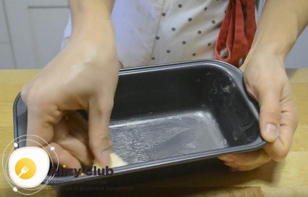 Форму для выпекания сначала смазываем сливочным маслом.