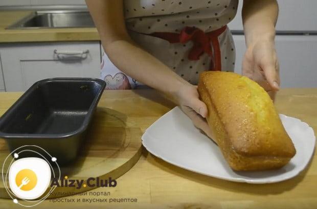 Перекладываем выпечку на блюдо.