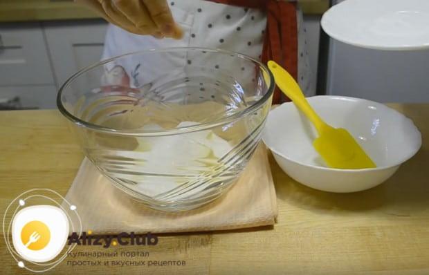 Выложив в глубокую миску масло, добавляем к нему сахар.