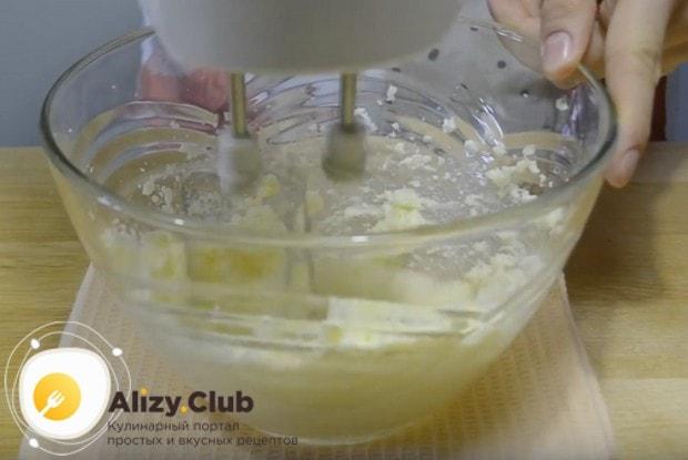 Взбиваем масло с сахаром при помощи миксера.