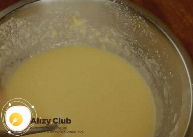 После добавления молока масса по консистенции будет напоминать густую сметану.