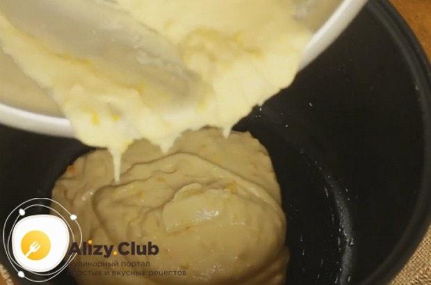 Перекладываем тесто в смазанную маслом чашу мультиварки.