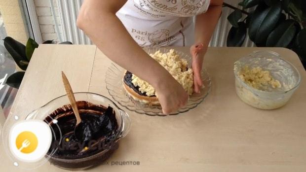 Из крема с бисквитной крошкой формируем верхний ярус торта