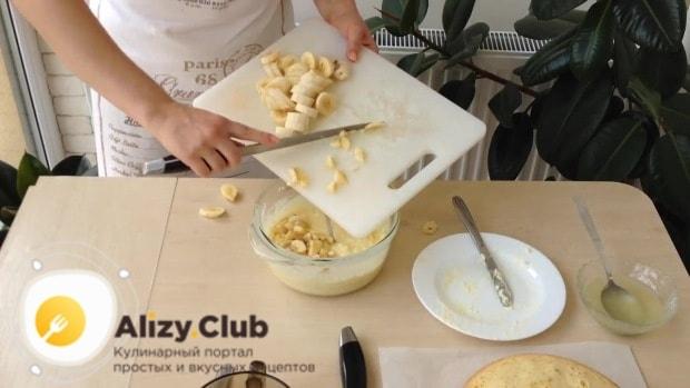 Добавляем мелко нарезанные бананы