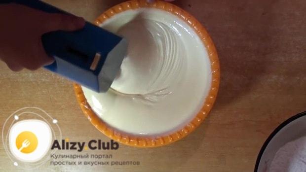 В глубокой миске взбиваем яйца с сахаром