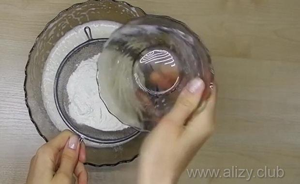 Перед тем как приготовить торт из бисквитных коржей со сгущенкой. подготовьте ингредиенты.