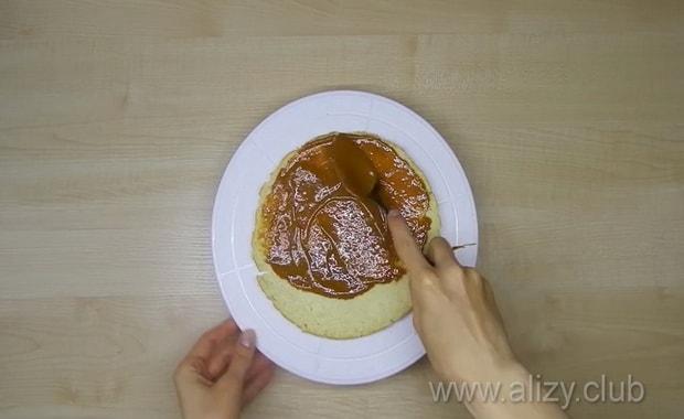 Коржи, для приготовления бисквитного коржа промажьте вареной сгущенкой.