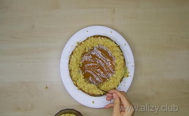 Простой рецепт бисквитного торта с кремом из сгущенки.