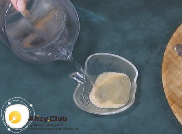 В отдельной мисочке заливаем водой желатин, чтобы он набух.