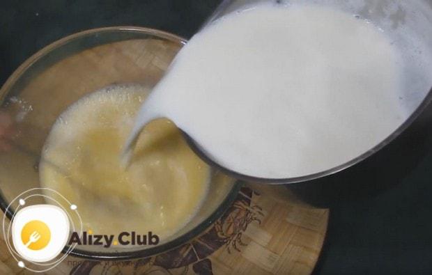 Горячее молоко осторожно вводим в яичную смесь, размешивая ее, чтобы не свернулись яйца.