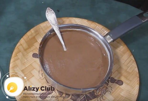 Перемешиваем крем с шоколадом до однородной консистенции.
