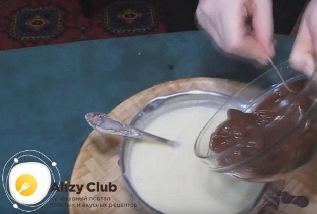 В почти готовый крем добавляем растопленный на водяной бане или в микроволновке шоколад.