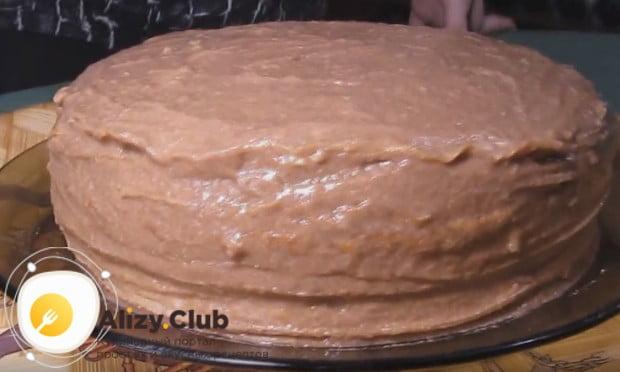 Собранный торт обмазываем сверху и по бокам кремом и отправляем в холодильник на пропитку.