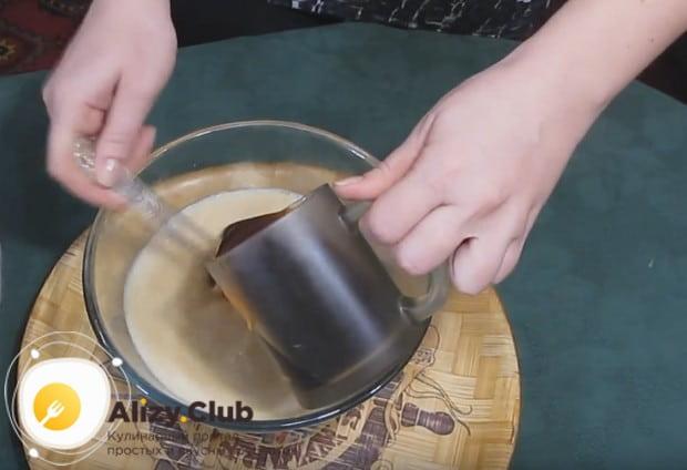 В отдельной емкости перемешиваем молоко, яйца и остывший кофе.