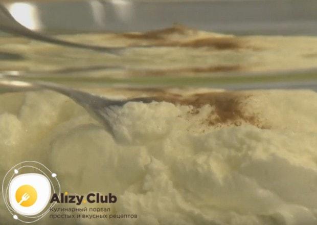 К творогу добавляем ванильный сахар и корицу.