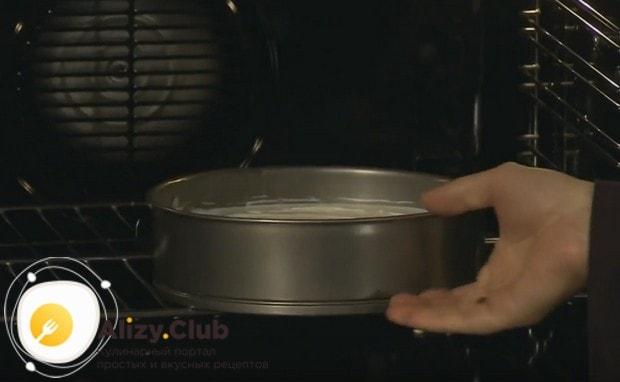 Сформированный тортик отправляем печься в духовку.