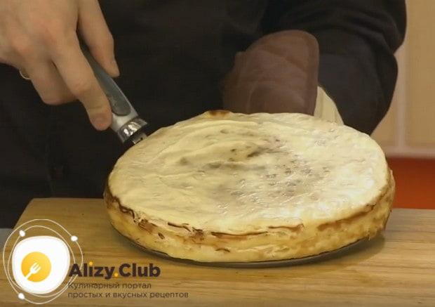 Аккуратно извлекаем готовый торт из формы.