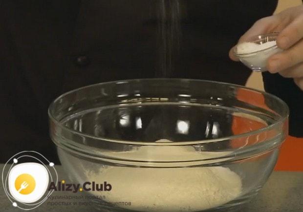 К муке добавляем сахар сахар и соль.