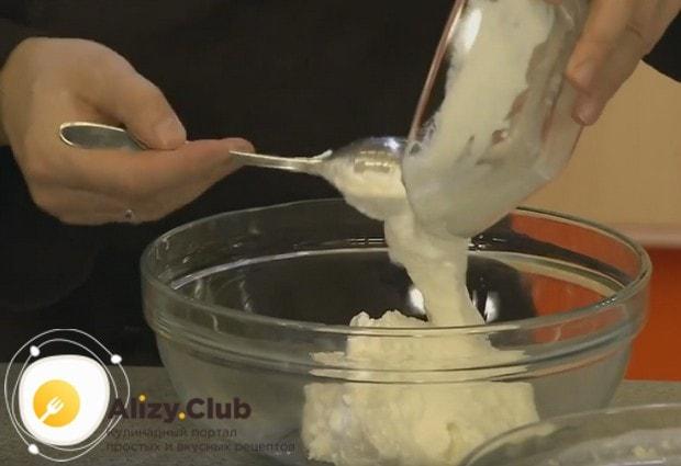 Пока тесто отдыхает, приготовим крем для блинного торта со сгущенкой и творогом.