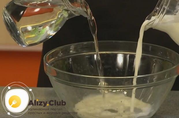 Сначала наливаем в глубокую миску воду и молоко.