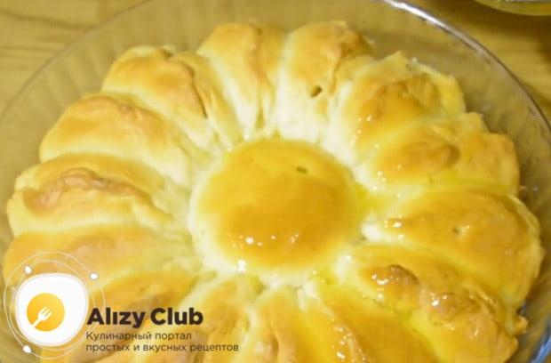 Надееся, вам понравился наш простой рецепт пирога с яблоками на дрожжах в духовке.