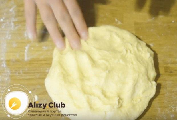 Замешиваем гладкое легкое тесто и ставим его подходить в теплом месте.