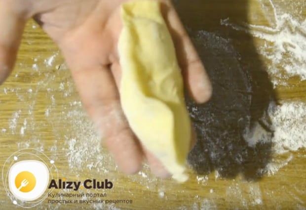 Тщательно защипываем края теста, чтобы при выпечке из пирога не вытекал сок.