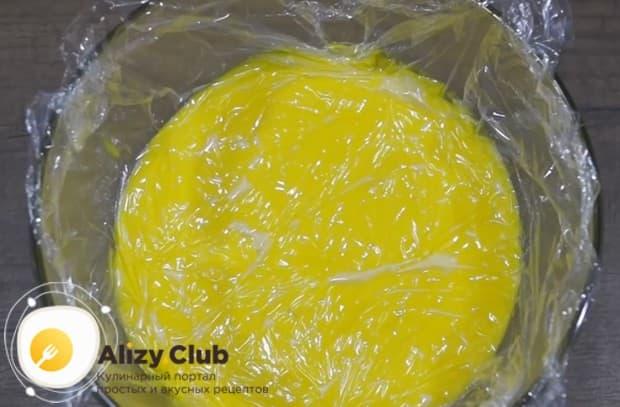 Когда заготовка для крема сварится, переливаем ее в миску и оставляем остывать.