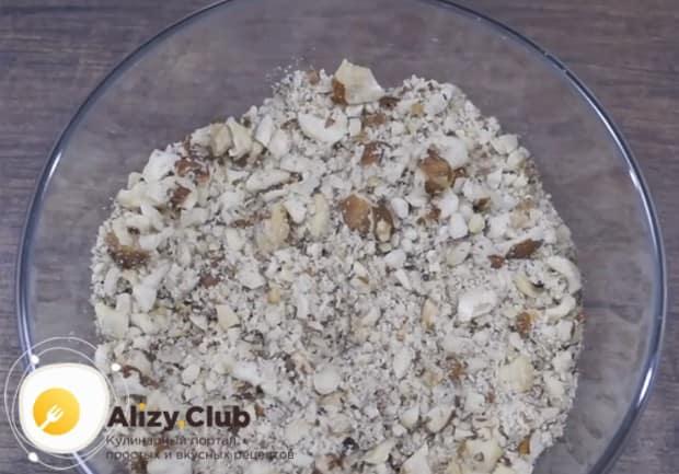 Чтобы приготовить наполнитель, измельчаем подсушенные в духовке орехи.