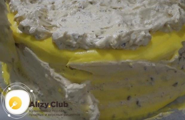 Верх и бока торта тоже покрываем кремом и наполнителем.