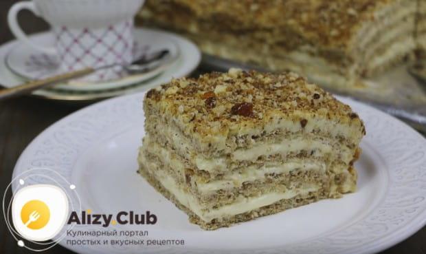 Традиционно такой десерт украшают орехами.