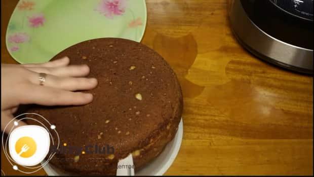 По рецепту для приготовления творожного торта разрежьте коржи.