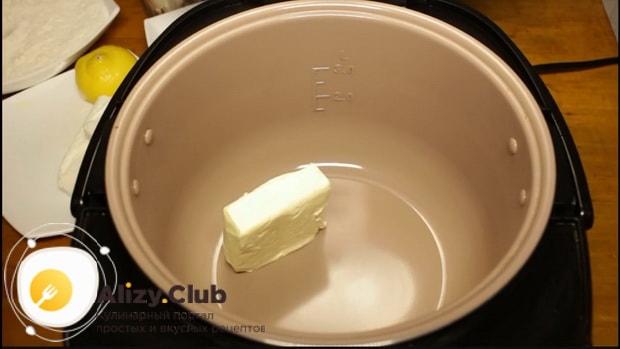 По рецепту для приготовления творожного торта положите в чашу мультиварки масло.