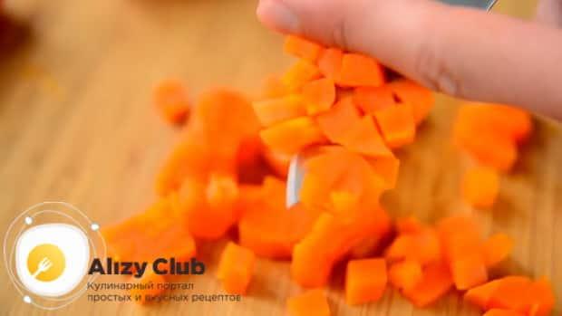 Нарежьте морковь для приготовления холодного супа - свекольника