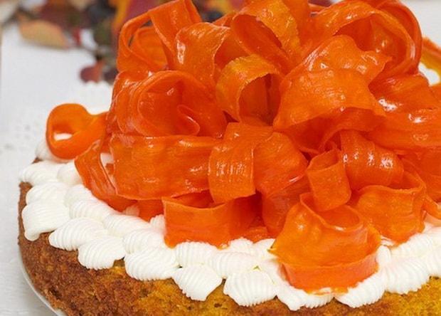 Нежнейший морковный торт со сметанным кремом готов.