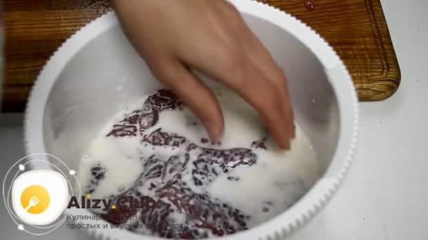 Залейте мясо молоком перед тем как приготовить отбивные из говядины на сковороде в кляре