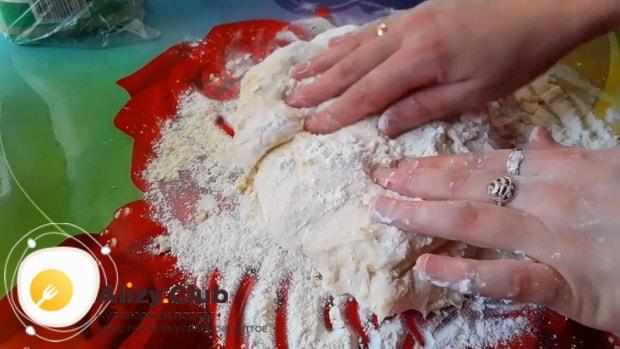 Для приготовления пирога с рыбой, разделите тесто на 2 части.