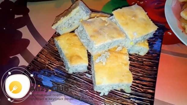 Вкуснейший пирог с рыбой и рисом готов.