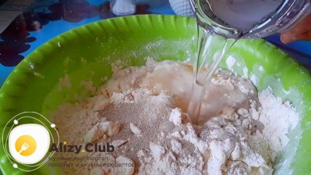 Перед тем как приготовить пирог с консервами из рыбы и рисом, замесите тесто.
