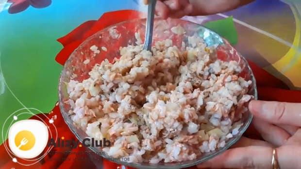 Готовая начинка для пирога с рыбой и рисом должна не много постоять.