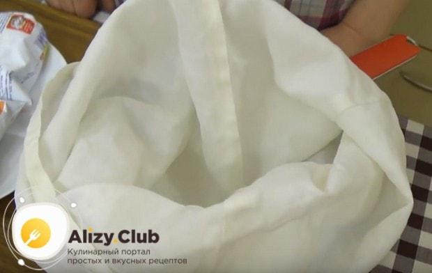 Дуршлаг застилаем плотной тканью и ставим в глубокую миску.