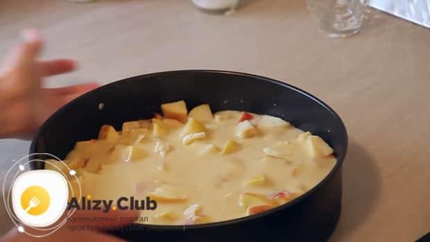 Приготовьте наливной пирог с яблоками на кефире в духовке при 180 градусах.