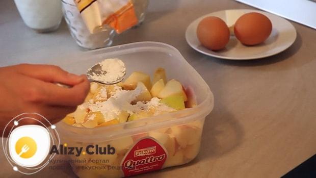 Смотрите как готовится наливной пирог с яблоками на кефире