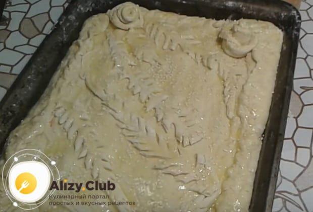 Такой пирог уместно украсить фигурками из теста, которое обычно остается при формировании изделия.