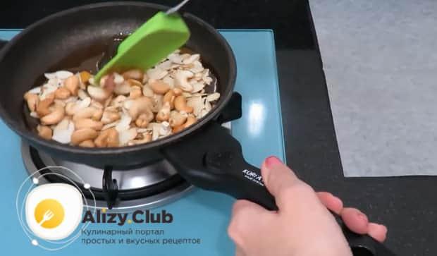 По рецепту. для приготовления заварного крема для торта, орехи приварите в сиропе
