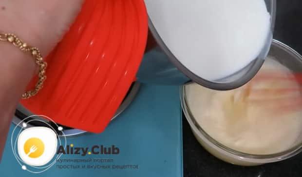 По рецепту. для приготовления заварного крема для торта, смешайте молоко с яйцами.