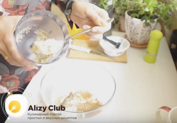 Половину измельченных орехов выкладываем в тесто.