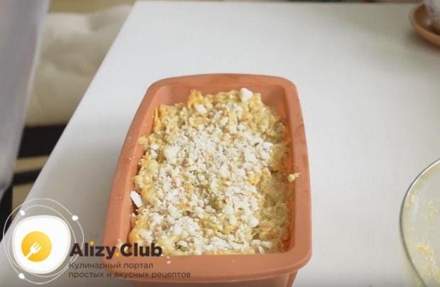 Выложив тесто в форму для выпекания, посыпаем его сверху оставшимися орехами.